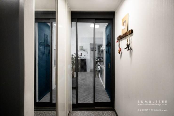 [30평]단 하나뿐인 나만의 공간 홈 인테리어 양재동파크사이드의 풀스토리 by 범블비디자인 30평대인테리어: 범블비디자인의  복도 & 현관