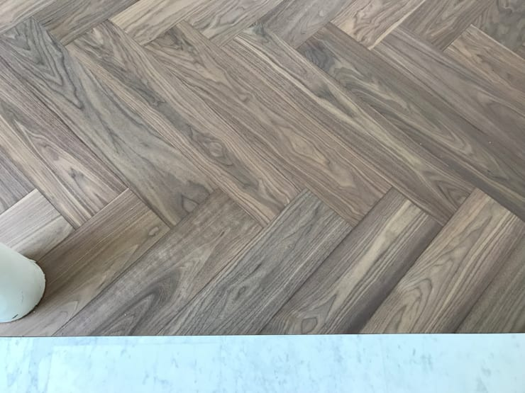 American Walnut - Special Finish:  Woonkamer door ARDEE Parket Interieur Design, Modern Hout Hout