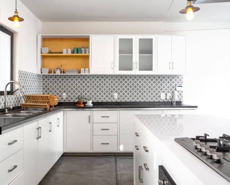 Casa YY: Cocinas de estilo  por CUBO ROJO Arquitectura