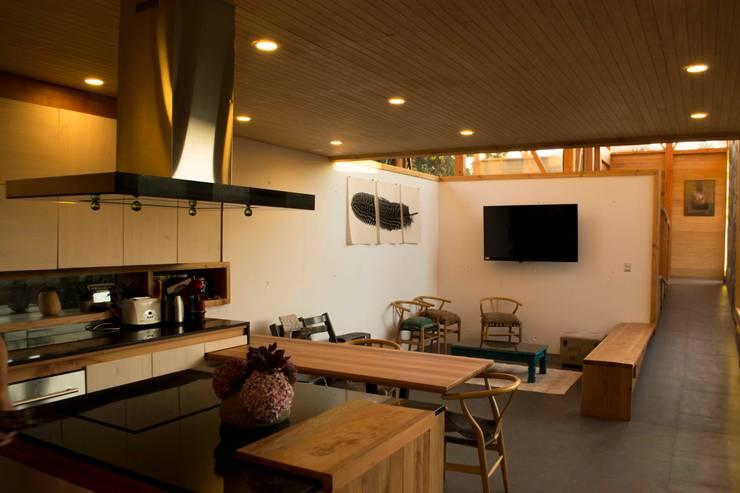 Cocina Casa los Olmos: Cocinas equipadas de estilo  por PhilippeGameArquitectos