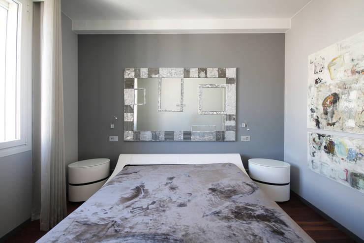 Chambre de style  par studiodonizelli, Moderne Bois Effet bois