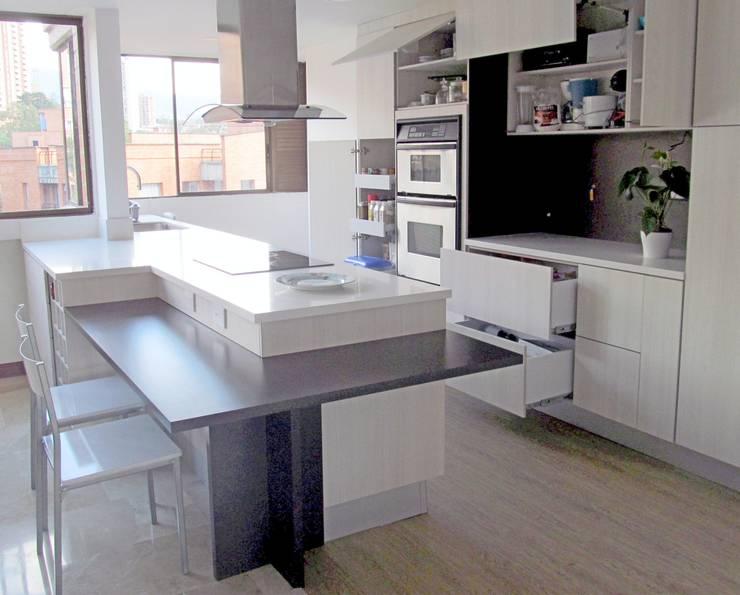 Panorama General: Cocinas integrales de estilo  por TRES52 S.A.S, Moderno Aglomerado