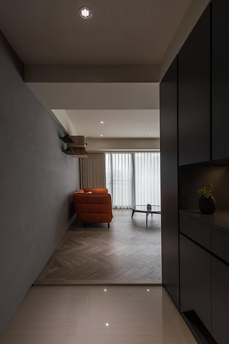 沐暮:  走廊 & 玄關 by 詩賦室內設計