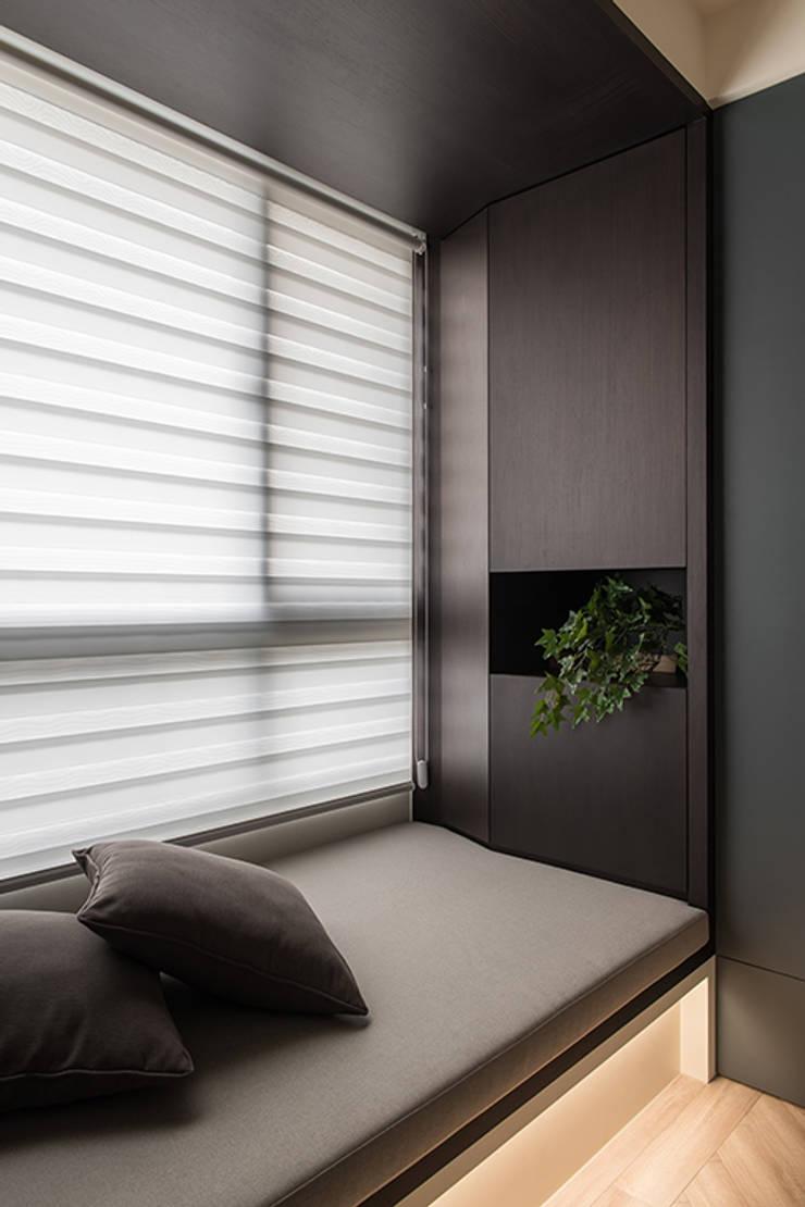 沐暮:  臥室 by 詩賦室內設計