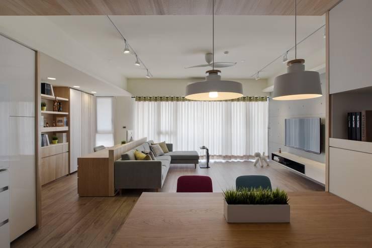 暖心:  客廳 by 詩賦室內設計