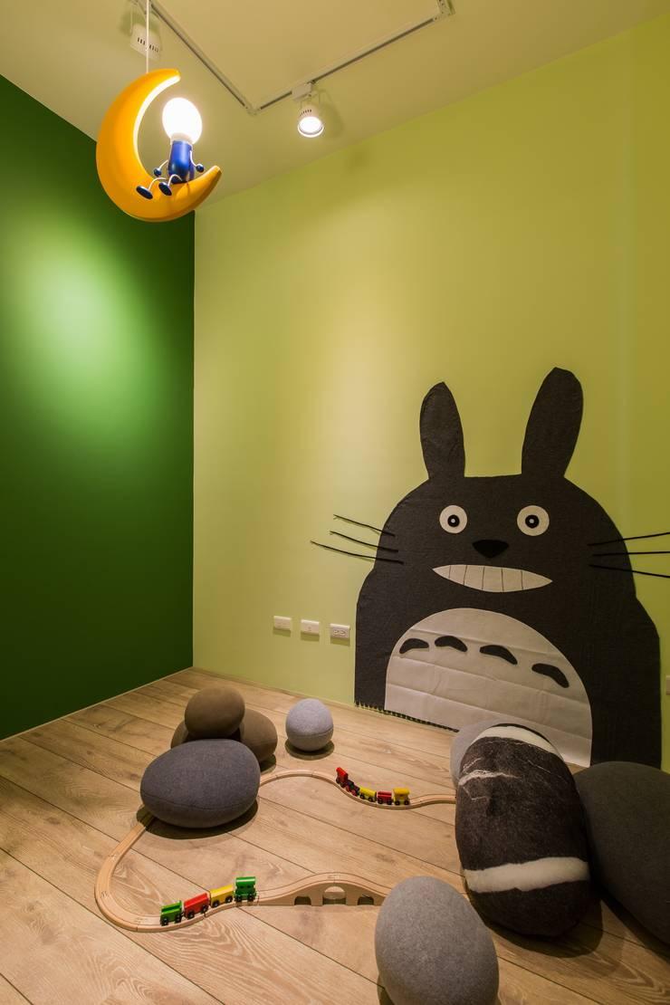 暖心:  嬰兒房/兒童房 by 詩賦室內設計