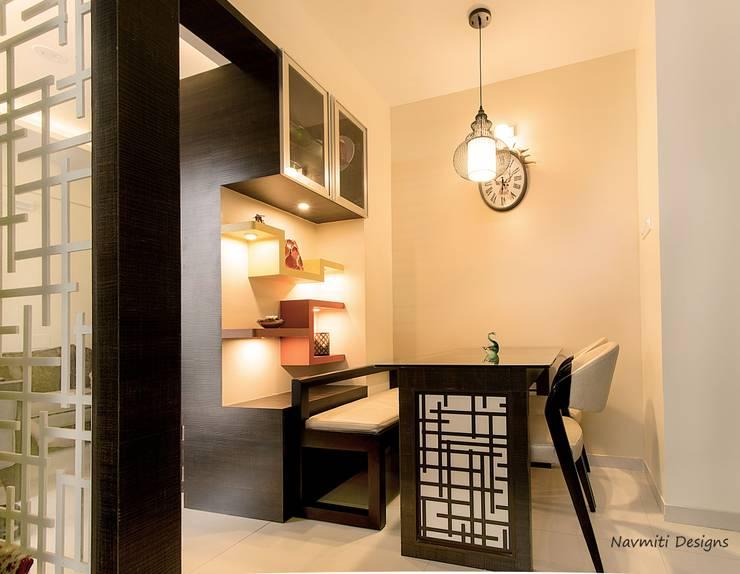 Dining Nook:  Dining room by Navmiti Designs