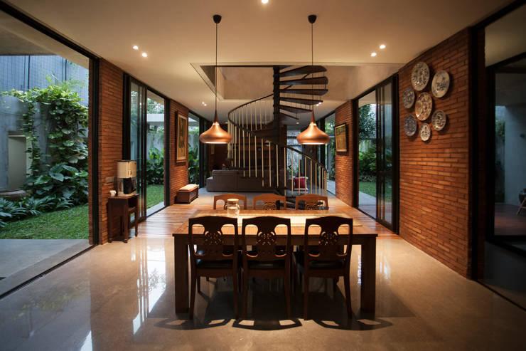 Tulodong IV :  Ruang Makan by WOSO Studio
