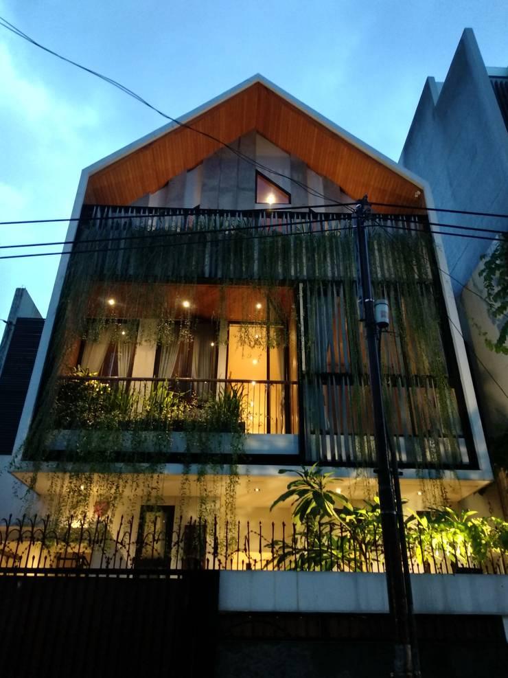 Tulodong VIII:  Rumah by WOSO Studio