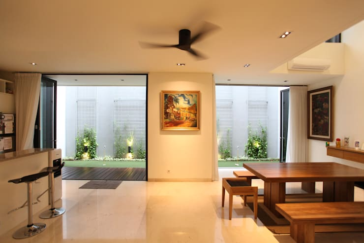 Tulodong VIII:  Ruang Keluarga by WOSO Studio