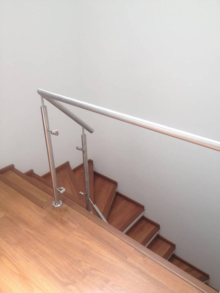 Escalera con laminado de madera: Escaleras de estilo  por Erick Becerra Arquitecto, Moderno Compuestos de madera y plástico