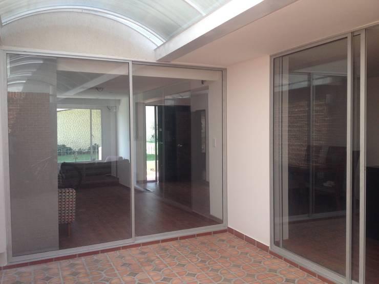 Ventanales con vista al patio: Pasillos y vestíbulos de estilo  por Erick Becerra Arquitecto, Moderno Compuestos de madera y plástico