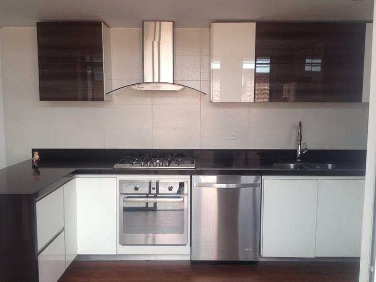 Casa beige de dos pisos: Cocinas integrales de estilo  por Erick Becerra Arquitecto, Moderno Derivados de madera Transparente