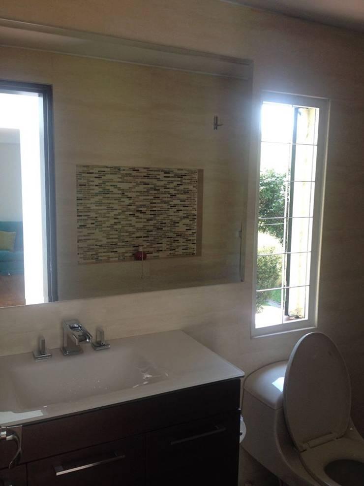 Lavabo moderno con decorado de azulejo: Baños de estilo  por Erick Becerra Arquitecto, Moderno Azulejos