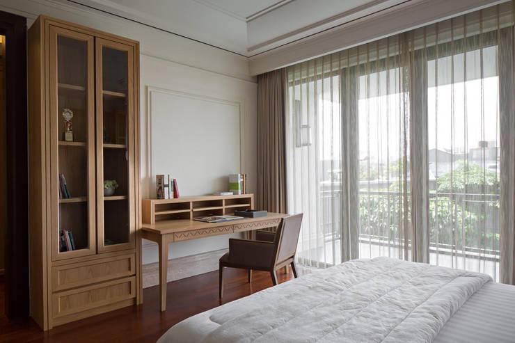 Meja Kerja:  Kamar Tidur by ARF interior