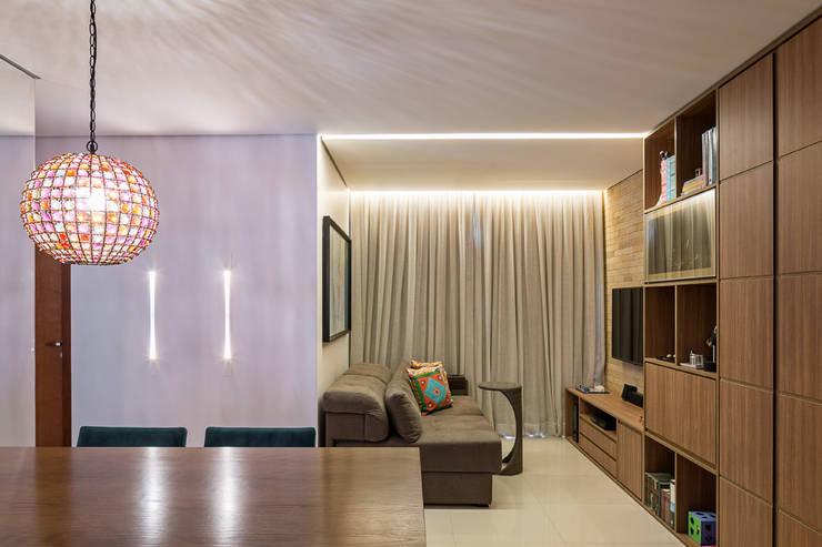Salas: Salas de estar rústicas por Stúdio Ninho
