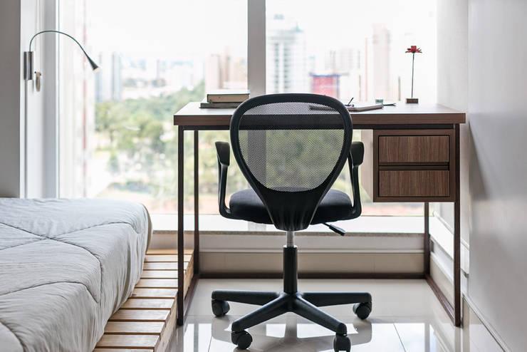 Home Office: Escritórios  por Stúdio Ninho