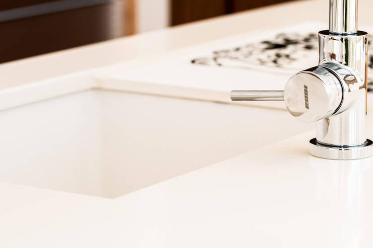 Lava-loiça e Misturadora Rodi: Armários de cozinha  por Moderestilo - Cozinhas e equipamentos Lda