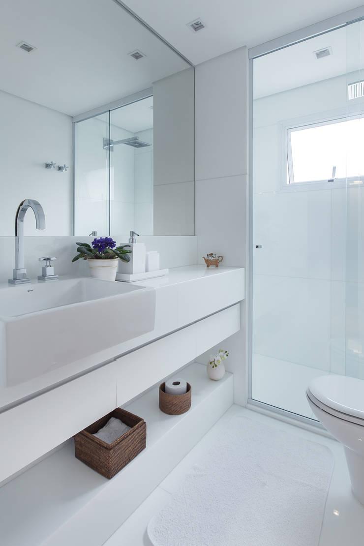 Apartamento CB: Banheiros  por Flavia Castellan Arquitetura