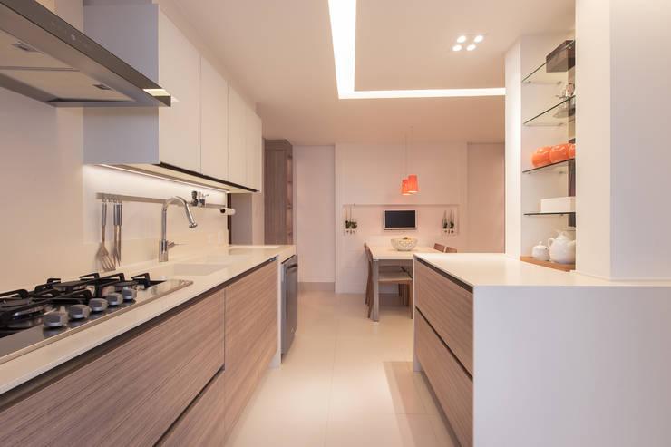 Apartamento CB: Cozinhas embutidas  por Flavia Castellan Arquitetura
