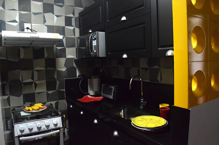 Projeto CL |Flamengo: Armários e bancadas de cozinha  por CORES - Arquitetura e Interiores