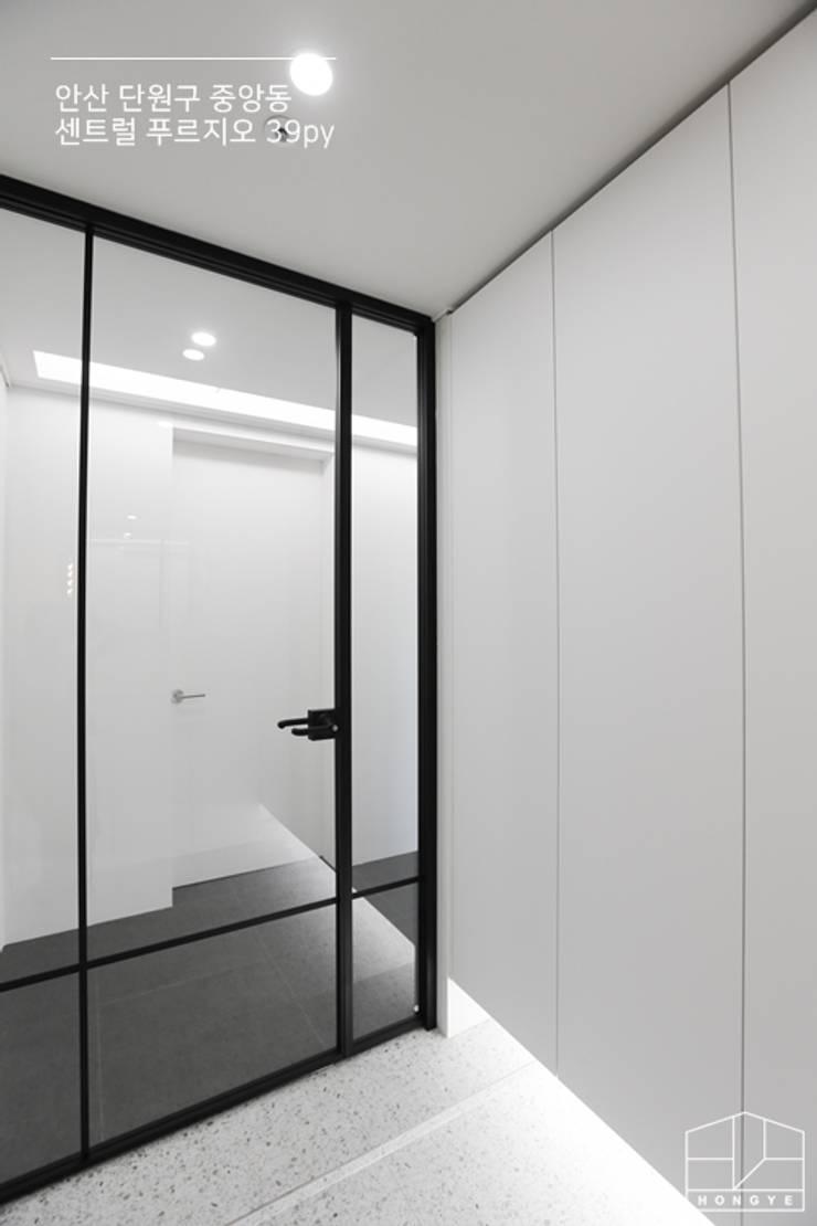 Corridor, hallway by 홍예디자인, Modern