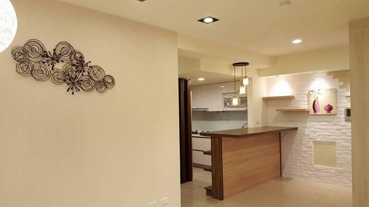 現代鄉村混搭風。八德:  廚房 by 藝舍室內裝修設計工程有限公司