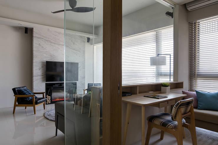 Estudios y despachos de estilo  por 詩賦室內設計