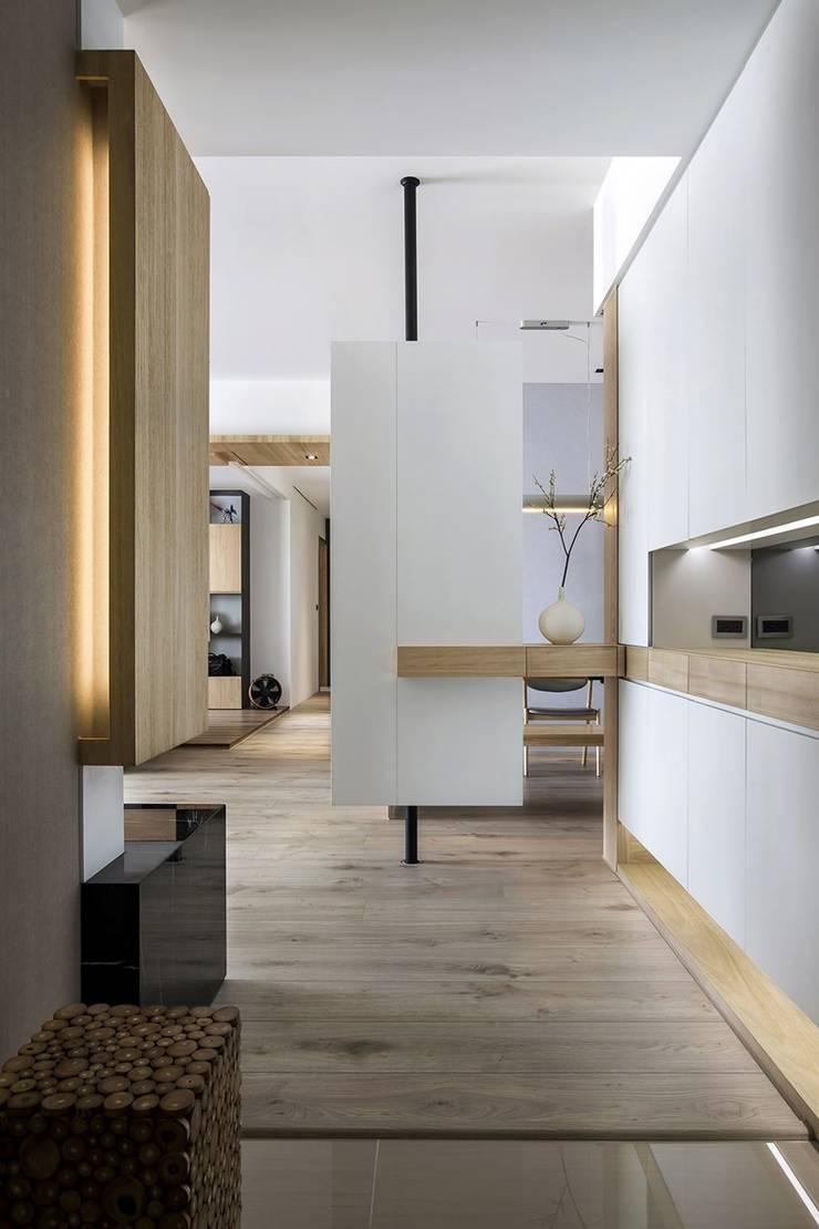 Couloir et hall d'entrée de style  par 詩賦室內設計, Scandinave
