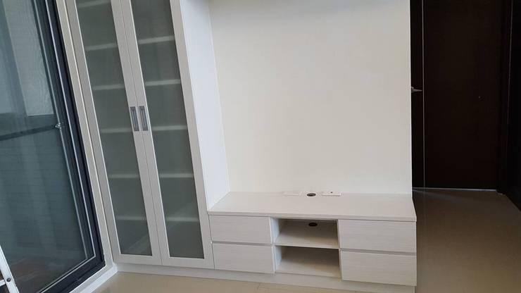 現代風。竹北:  客廳 by 藝舍室內裝修設計工程有限公司
