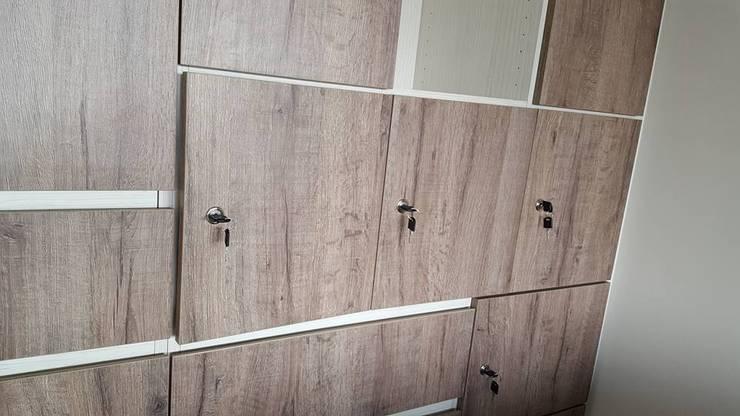 現代風。竹北:  牆面 by 藝舍室內裝修設計工程有限公司
