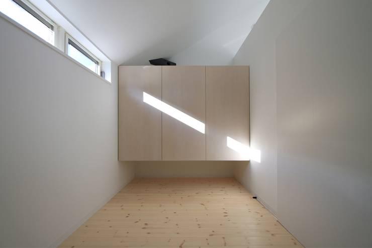 リビングの横の予備室: 石川淳建築設計事務所が手掛けた和室です。