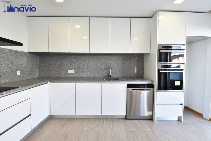 Lote 24 : Cozinhas modernas por Construções e Imobiliária Navio, Lda