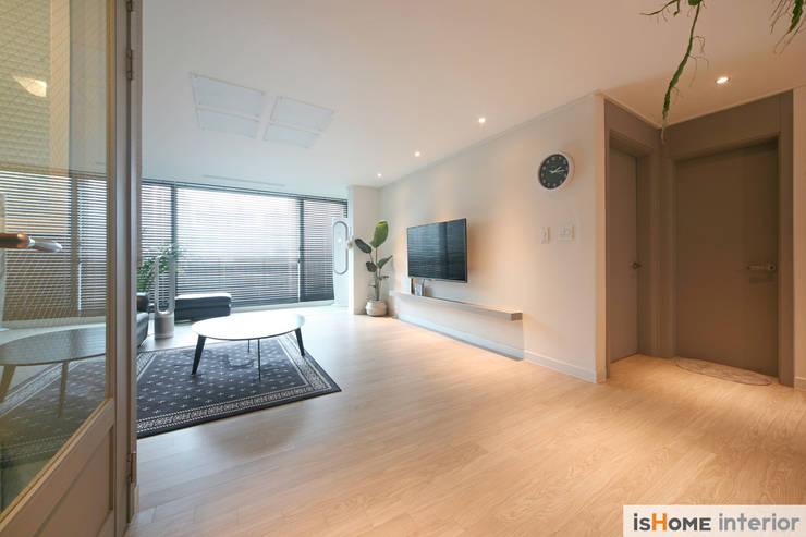 오래된 아파트의 놀라운 변신 32평 부천 아파트: 이즈홈의  거실,