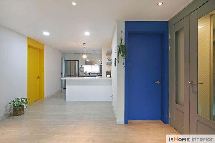 오래된 아파트의 놀라운 변신 32평 부천 아파트: 이즈홈의  주방,