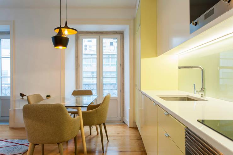 Sala Comum_Zona de refeições: Sala de jantar  por Traço Magenta - Design de Interiores