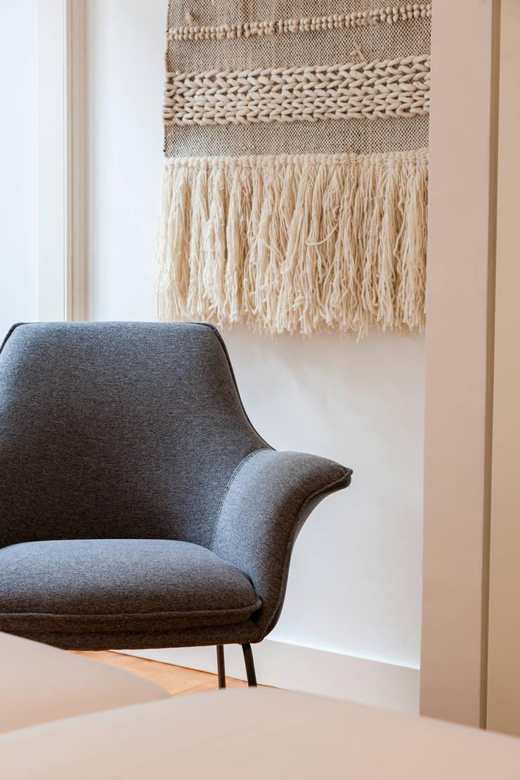 Twin Bed_Poltrona: Quarto  por Traço Magenta - Design de Interiores