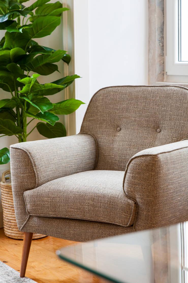 Pormenor da Sala_Poltrona: Sala de estar  por Traço Magenta - Design de Interiores