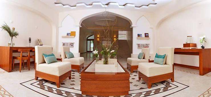 Hotel Parque Acuático El Tephe: Salones de conferencias de estilo  por VISION+ARQUITECTOS