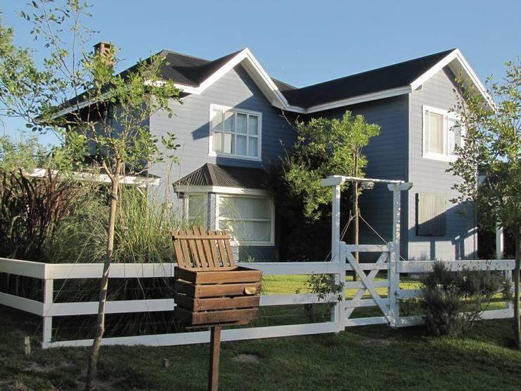 Imagen Exterior: Casas de estilo  por 2424 ARQUITECTURA,