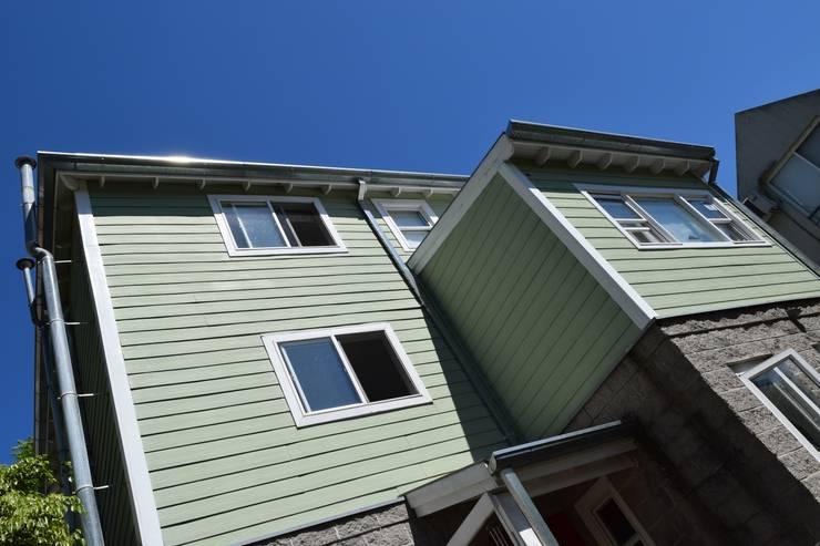 Imagen Exterior Fachada: Casas de estilo  por 2424 ARQUITECTURA
