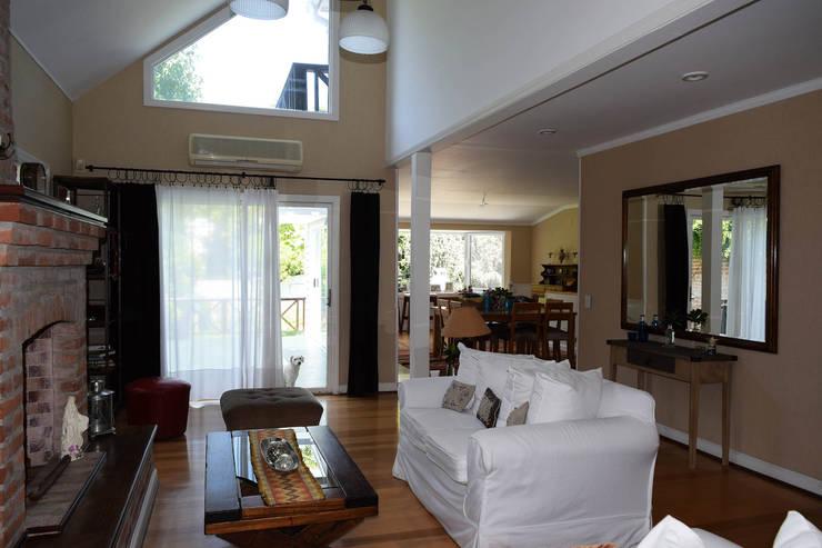 Casa en La Lucila: Livings de estilo clásico por 2424 ARQUITECTURA