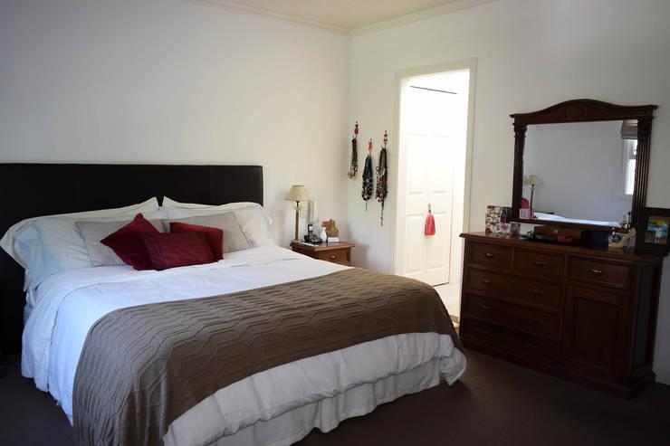 Casa en La Lucila: Dormitorios de estilo clásico por 2424 ARQUITECTURA