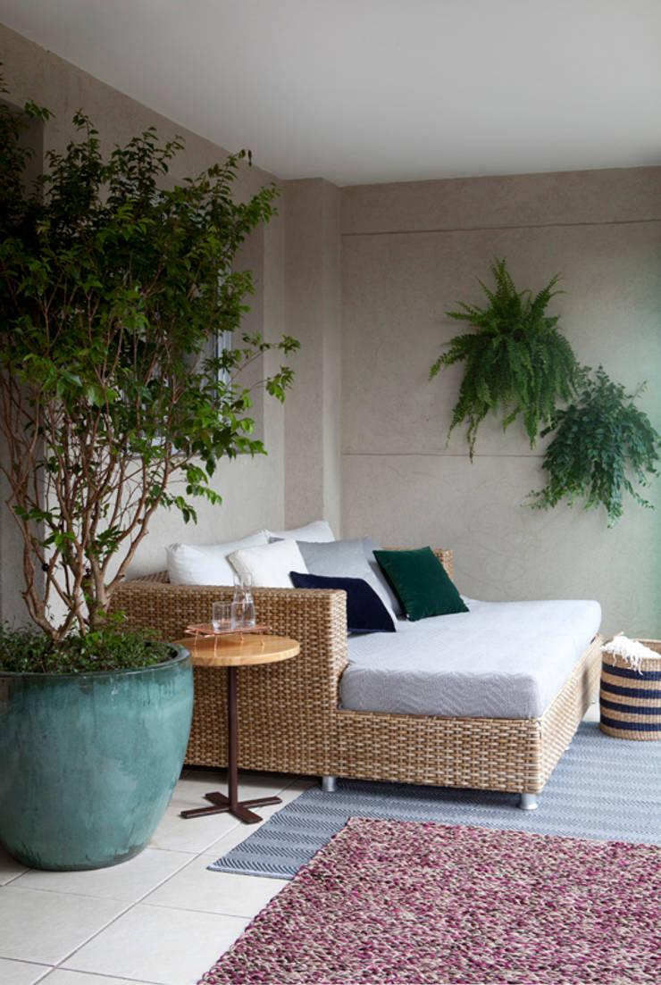Balconies, verandas & terraces  by RP Estúdio - Roberta Polito e Luiz Gustavo Campos