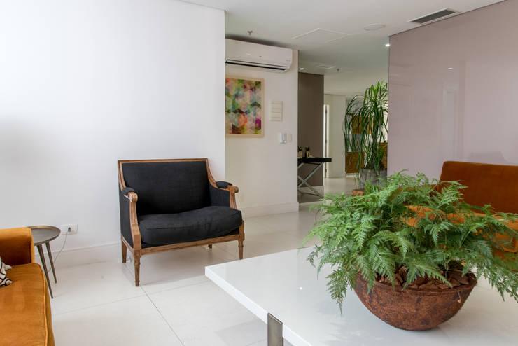 Office spaces & stores  by RP Estúdio - Roberta Polito e Luiz Gustavo Campos