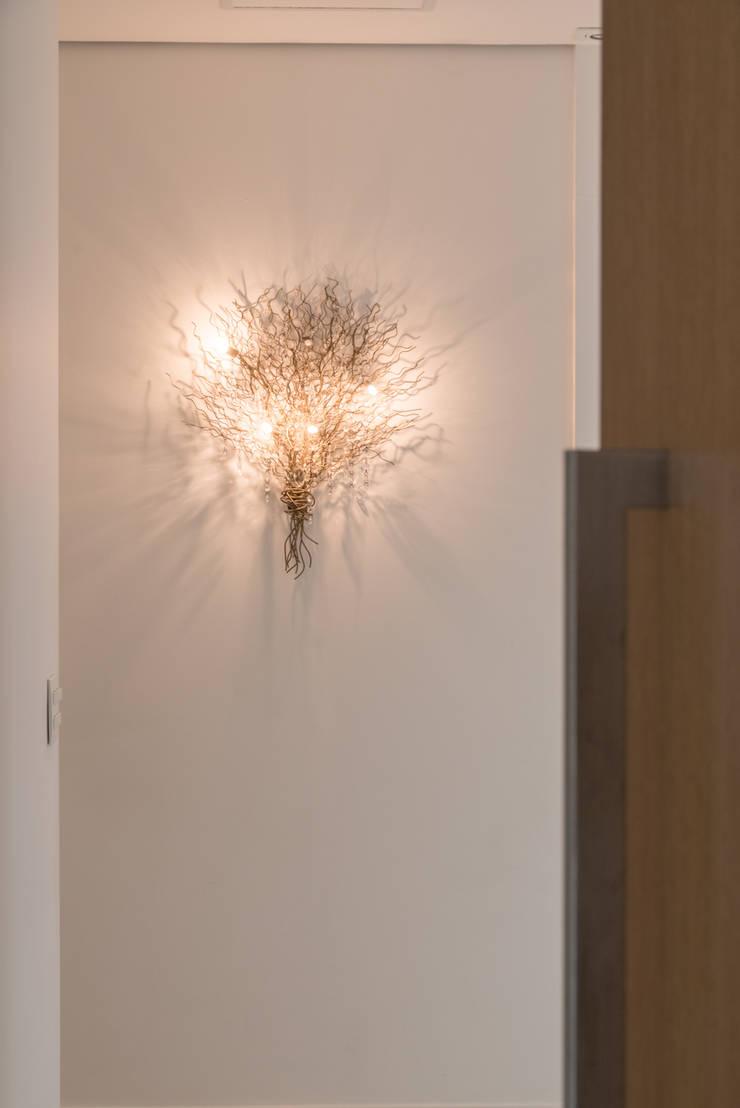 Corridor, hallway & stairs by RP Estúdio - Roberta Polito e Luiz Gustavo Campos