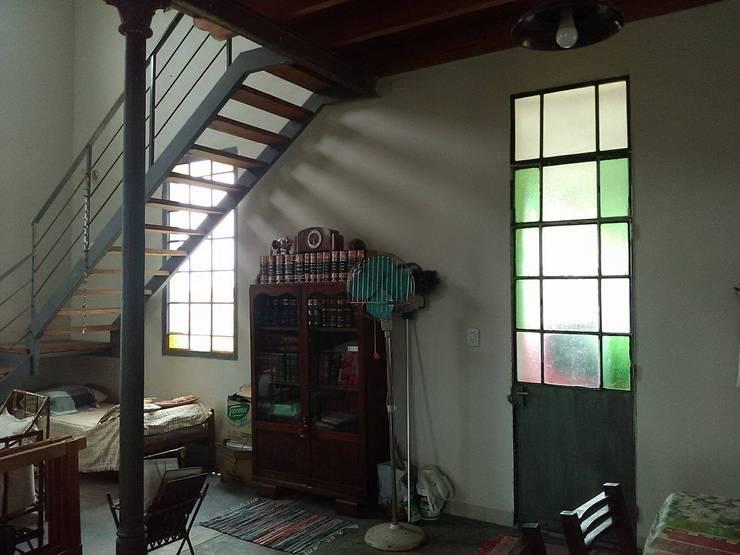 sector escalera: Livings de estilo  por Luciano R. Varino,
