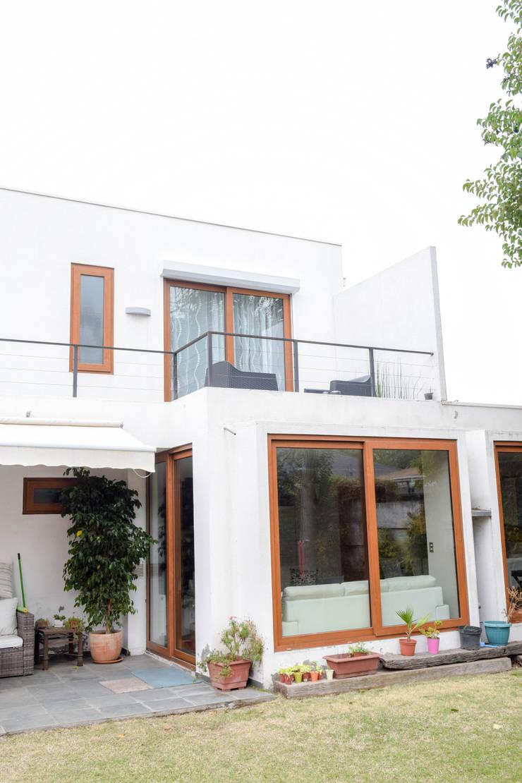 Vista desde el jardin: Terrazas  de estilo  por Arqbau Ltda.