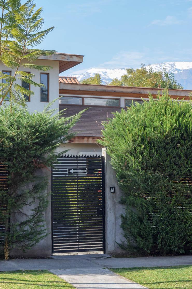 Fachada: Casas unifamiliares de estilo  por Arqbau Ltda.