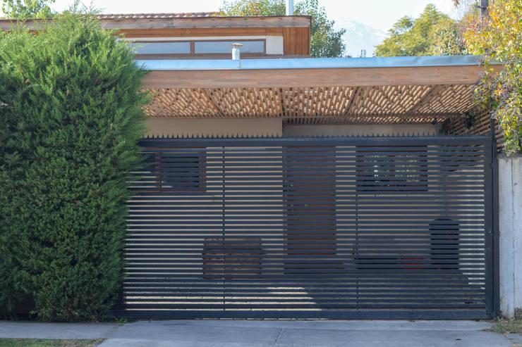 Portón de acceso: Casas unifamiliares de estilo  por Arqbau Ltda.